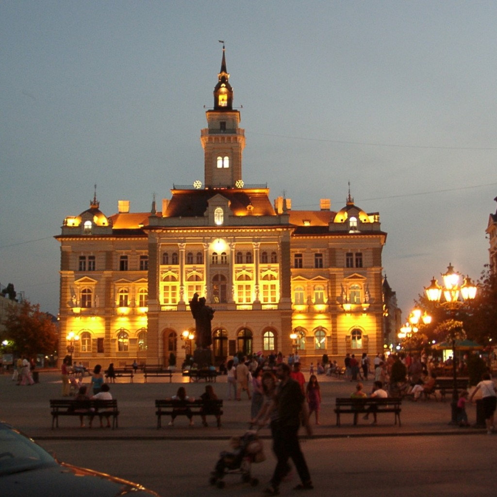 Novi_Sad_Rathaus_bei_Nacht
